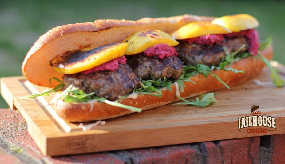 Das Burger-Sandwich mit RoteBeetePesto und gegrillter Mango