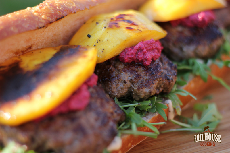 Burger-Sandwich mit RoteBeetePesto und gegrillter Mango