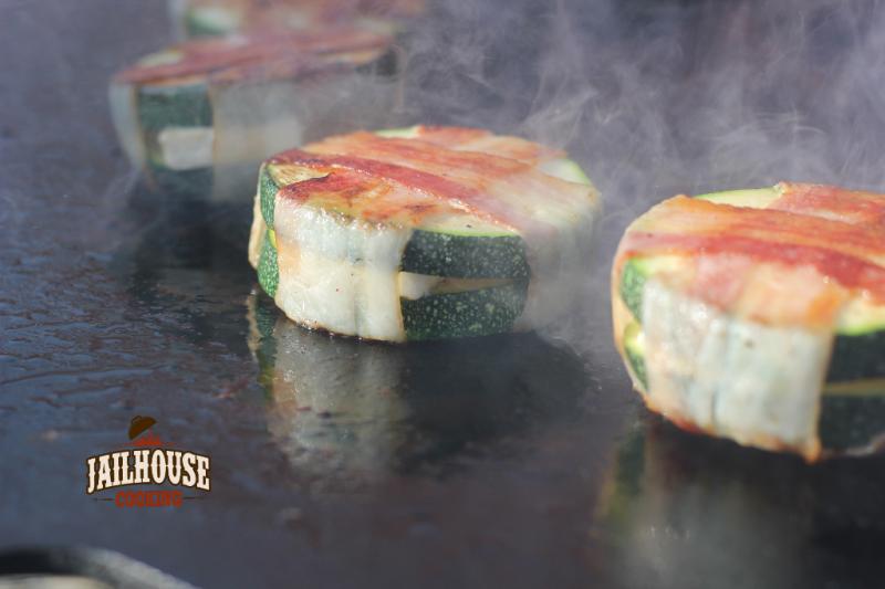 Gefüllter Zucchini-Taler mit Bacon