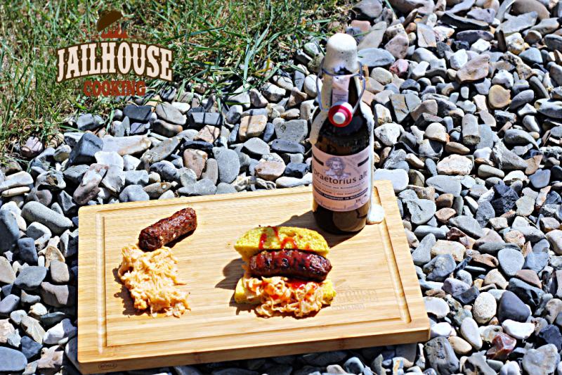 Hot Dog mit süßem Sauerkraut und Altbier